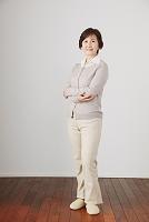腕を組む日本人のシニア女性