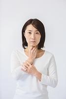 のどを押さえる40代日本人女性