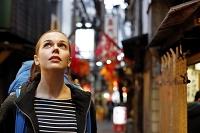 飲み屋街を歩く女性