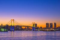 東京都 レインボーブリッジの夕景と客船