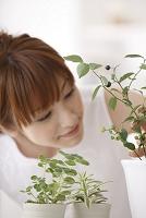 園芸を楽しむ女性