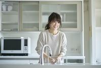 食器を洗う日本人女性