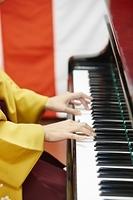 卒園式でピアノを弾く先生の手元