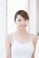 キャミソールの爽やかな日本人女性 美容イメージ