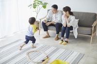 団らんの日本人三人家族