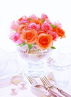花瓶の薔薇とカトラリー