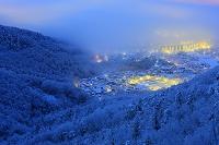 山梨県 雪景色甲府盆地と霧氷の山並み