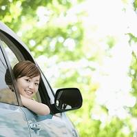 車の窓から顔をだす日本人女性