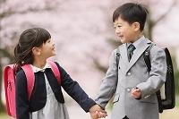 手を繋いで歩く日本人の小学生たち