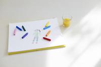 画用紙に描かれた絵とクレヨン