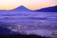 長野県 高ボッチ高原 朝焼けの富士山と雲海