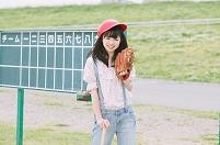 野球をする女性