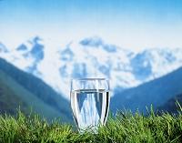 コップ一杯の水と山並み