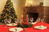 クリスマスのテーブルコーディネートと暖炉