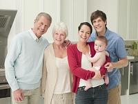 笑顔の外国人の三世代家族