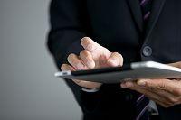 iPadを操作するビジネスマン
