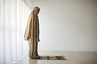 礼拝するムスリムの女性