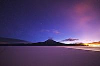 北海道 阿寒湖と雄阿寒岳と星