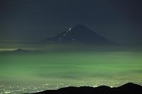 山梨県と長野県の県境 国師ヶ岳から望む夏富士の夜景と雲海