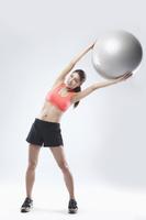 バランスボールを使う女性