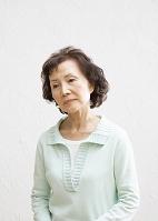 考えるシニア日本人女性