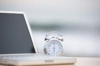 目覚まし時計とノートパソコン