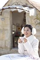 オープンカフェで寛ぐ日本人女性