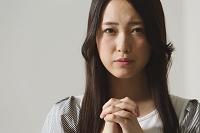 祈る日本人女性