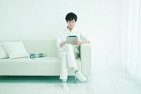 モバイルPCを操作する日本人男性