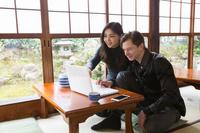 日本家屋でくつろぐ国際カップル