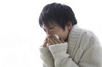鼻をかむ日本人男性