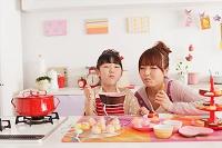バレンタインのお菓子作りをする女の子と女性