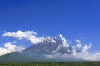 山梨県 本栖湖畔から見る残雪の富士山