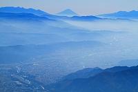 長野県 爺ケ岳より大町市街と富士山遠望