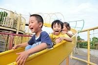 滑り台で遊ぶ日本人の子供