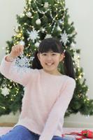 クリスマスツリーのある部屋でくつろぐ女の子
