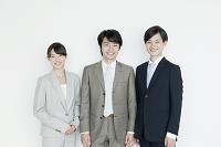 スーツ姿の日本人男女