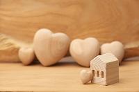 木製の家とハート
