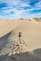 砂漠を走る女性