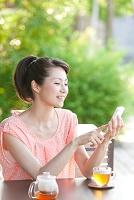 スマートフォンを操作している中高年日本人女性