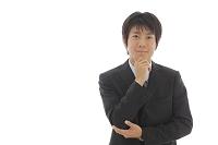 腕組みをする若い日本人ビジネスマン