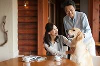 犬をあやす中高年夫婦