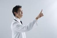 指をさす医者