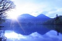 北海道 オンネトーの日の出と雌阿寒岳と阿寒富士