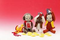 編みぐるみの猿と正月小物