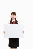 メッセージボードを持つオペレーターの女性