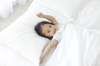 寝室で目覚める日本人の女の子