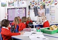 生徒にソーラーパネルの説明をする教師