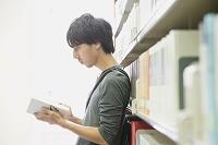 図書館の日本人男性
