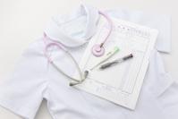 看護師の制服と聴診器